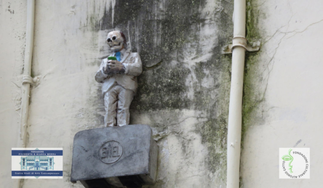 Isaac Cordal - Cement eclipses a Salerno