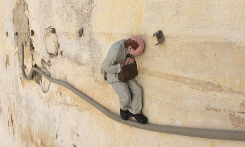 Isaac Cordal – Cement eclipses a Salerno